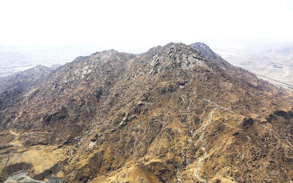 سبب سواد جبال مكة