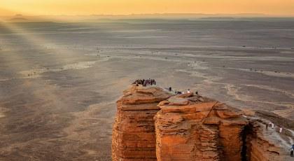 جبل طويق الشامخ حيث تقع حافة العالم وأعجوبته مدونة بيوت السعودية