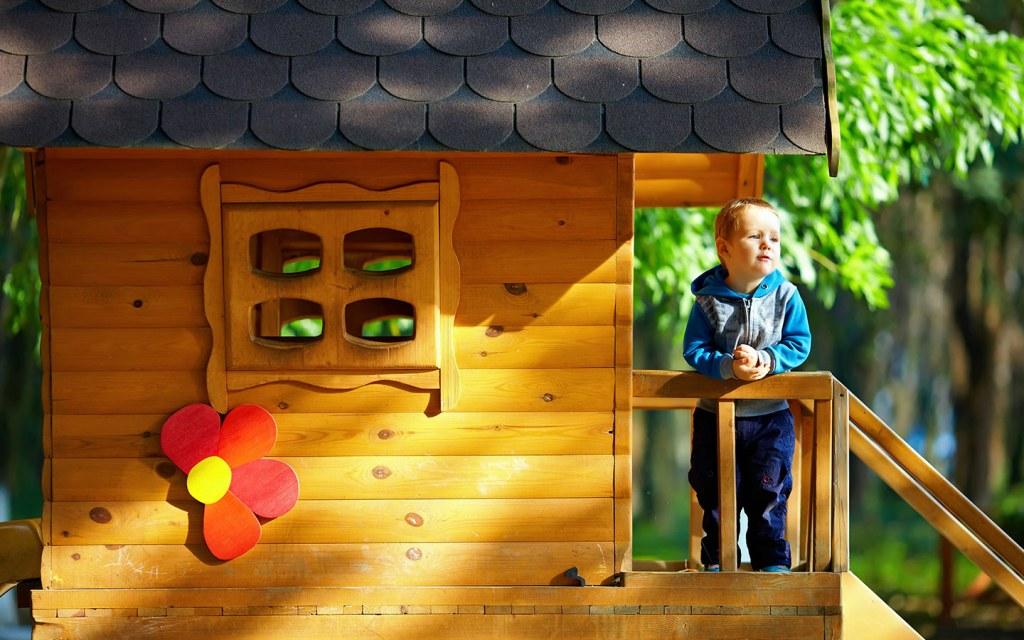 الاطفال في منزل الشجر